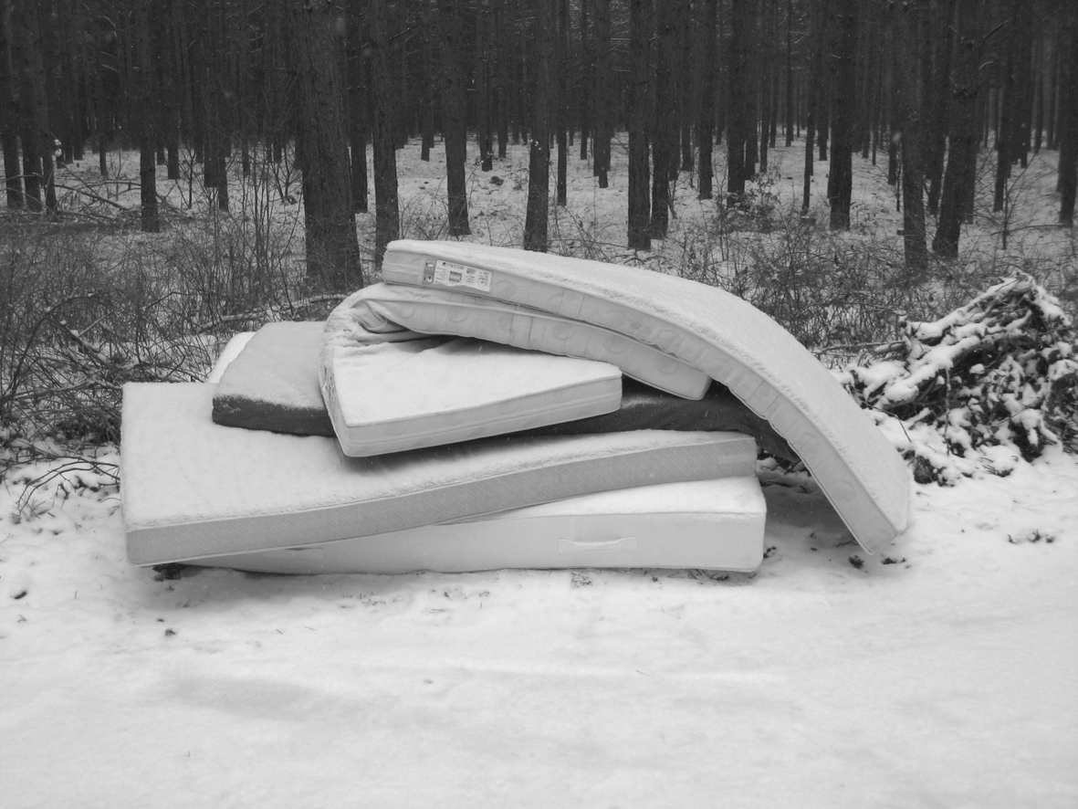 Matratzenstapel  Müllhalden im Wald